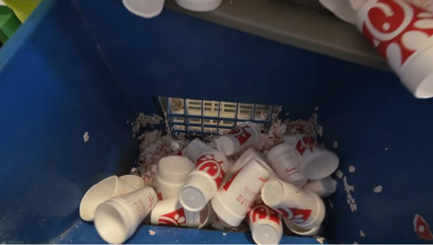 他們蒐集了上萬保麗龍飲料杯壓碎,最後用他們做出的「完美復活物品」會讓你覺得人類還有救!