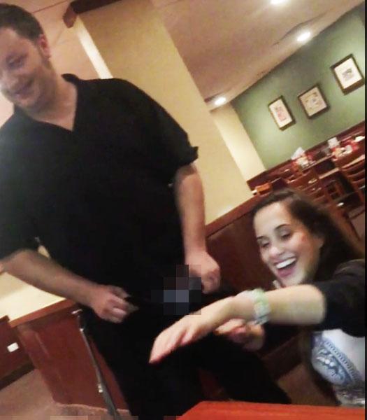她用完餐發現身上錢不夠,竟然就跪下來然後開始把幸運男服務的褲子拉鍊打開!服務生:「希望你以後都不要帶錢」...