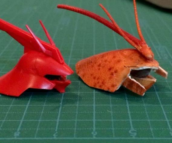 他把龍蝦吃完就決定把殼組裝成一個鋼彈!光看到「比模型還帥」的龍蝦版頭盔我才發現龍蝦殼的真正用途!