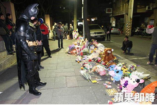 小燈泡遇害後民眾自發前往現場獻花祈福,深夜現身的最紅超級英雄讓網友都說:「現在台灣需要的就是他!」