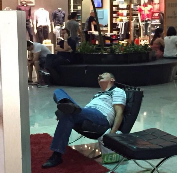 20張「男生等女生逛街等到天荒地老照片」證明不夠多沙發的百貨公司真的太混蛋了。
