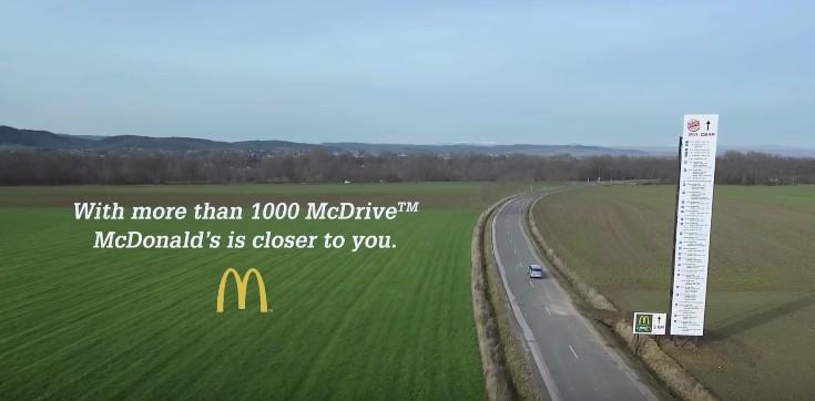 麥當勞日前拍廣告嘲笑漢堡王店數少「到漢堡王還要258公里」,沒想到漢堡王用同樣梗回敬一句話把麥當勞嗆到送醫!