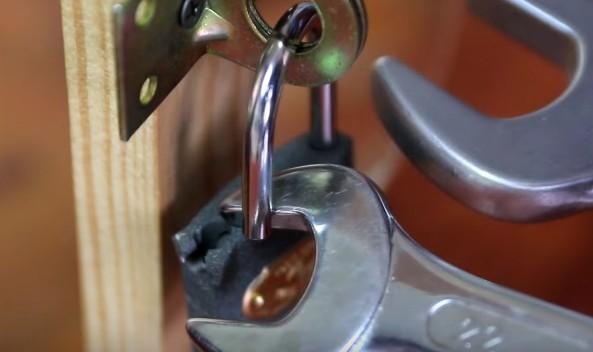 專家親自示範「如何用2只板手快速開鎖」,超輕鬆過程已經讓請過鎖匠的人都開始抱頭後悔了!