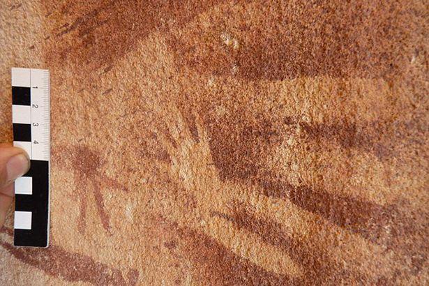 專家在埃及8000年野獸洞穴壁畫中發現比人類的手還要小的手印還很懷疑,結果最後發現真的不是人類的手印!