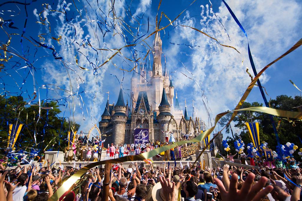 迪士尼樂園宣布開放「冰雪奇緣主題區」,看到100%完全一樣的艾莎與安娜真人版時我快忍不住訂機票了!