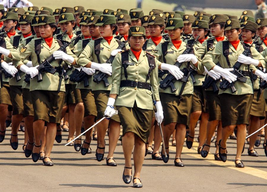 印尼女生想當兵還得接受男性醫生的「兩指檢查」,聽到將軍的理由會讓你發現原來有兩個地球!
