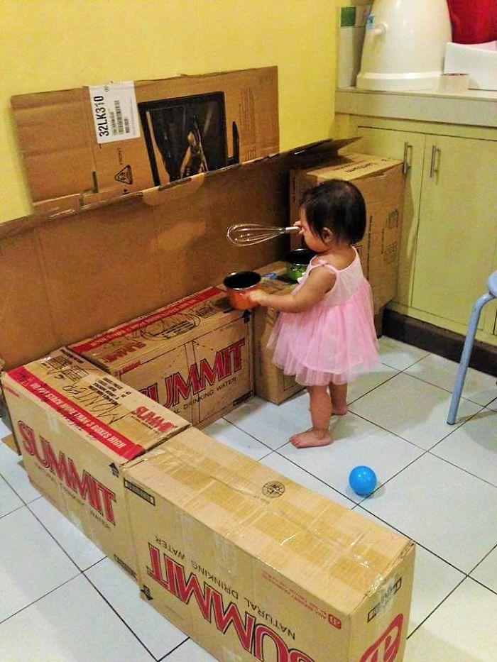 媽媽把家裡不要的紙箱排成一列黏上膠帶,最後做出來的「超精美兒童空間」就連大人都想進去拜訪!