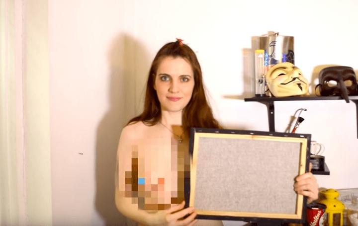 這名女生要挑戰畫出美國總統候選人川普的畫像,沒想到開始畫時她竟然脫下上衣然後掏出來...