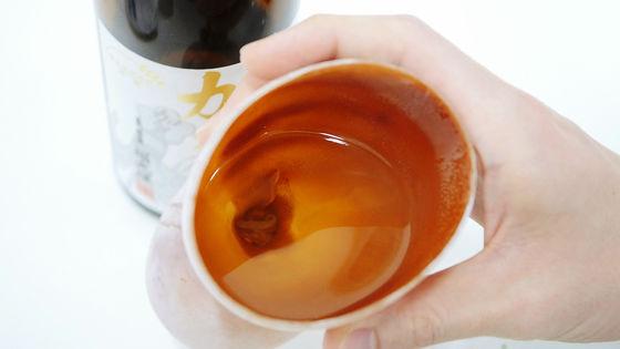 我原以為這款酒杯只是很樸素,但當他把杯子「烤一烤」後的變化讓我真的對日本人甘拜下風了!