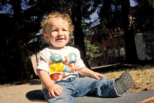 這個小男生罹患疾病但父母還只相信網路偏方,最後警察查證死亡原因才發現到超扯治療方法。