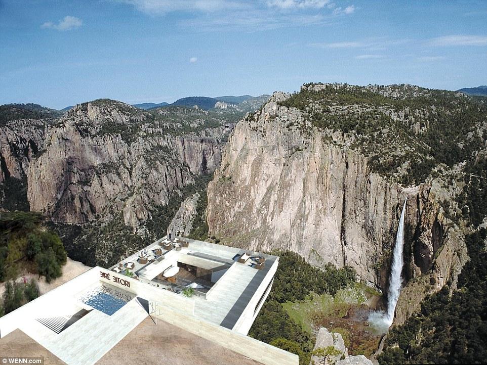 這家酒吧懸掛在峽谷從這角度看真的很美,但只要一進去往下看,你的褲子就會濕透!