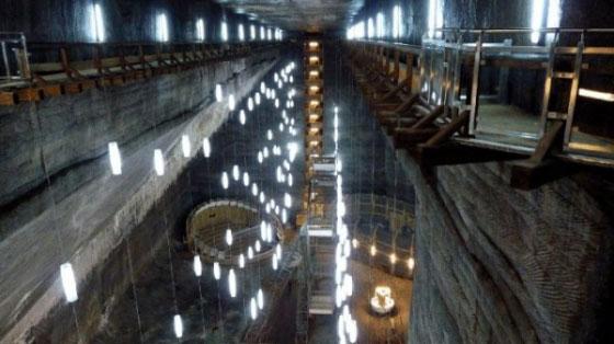 這些遊客走進地下112公尺的廢棄採鹽場,當一看到燈光時他們就意外經歷了他們這輩子最精彩的「地底大冒險」!