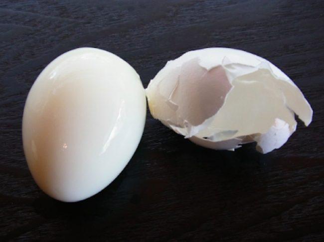 她小心用圖釘把雞蛋刺一個洞就拿去煮,等煮完後我才發現之前真的都太笨了!