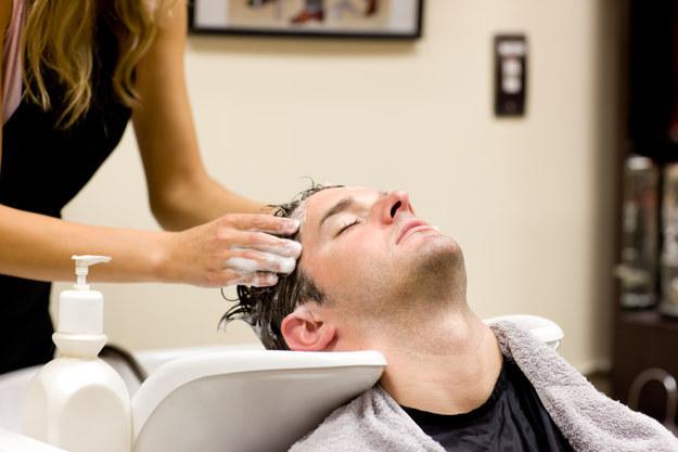 這位年輕媽媽去美容院洗髮「卻在兩週後因此中風」。她分享的超重要經驗將來可能救你一命...