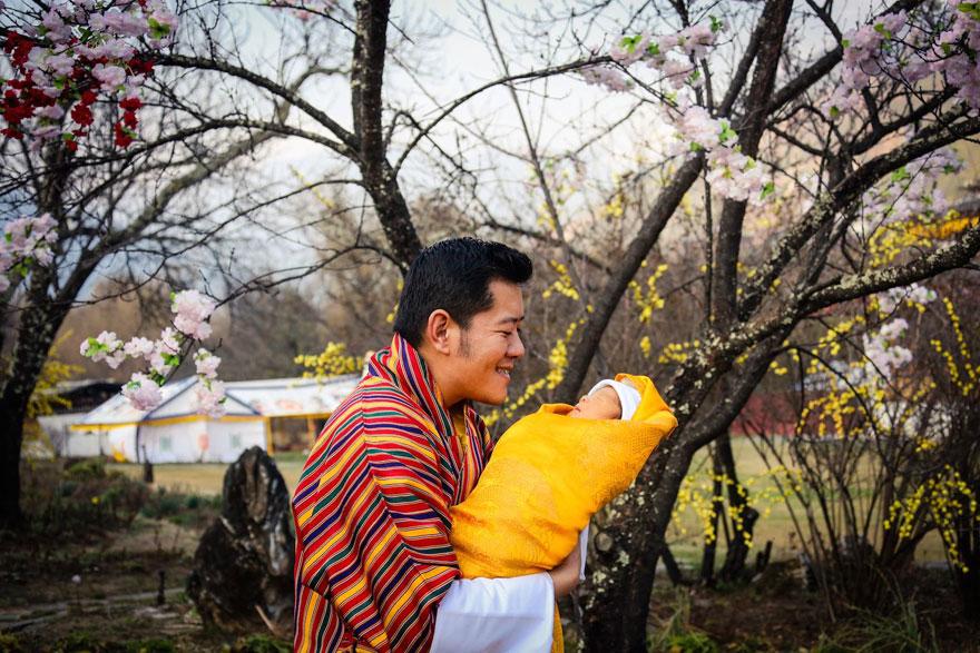 不丹國王為慶祝兒子滿月誕辰把人民叫到山上 他們每人蹲下做的事就是為什麼不丹是最開心的國家!