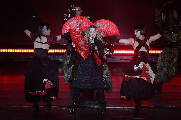 瑪丹娜演唱會邀請正妹女粉絲上台,結果下一秒就立刻把粉絲的上衣扯掉露出「18禁畫面」!