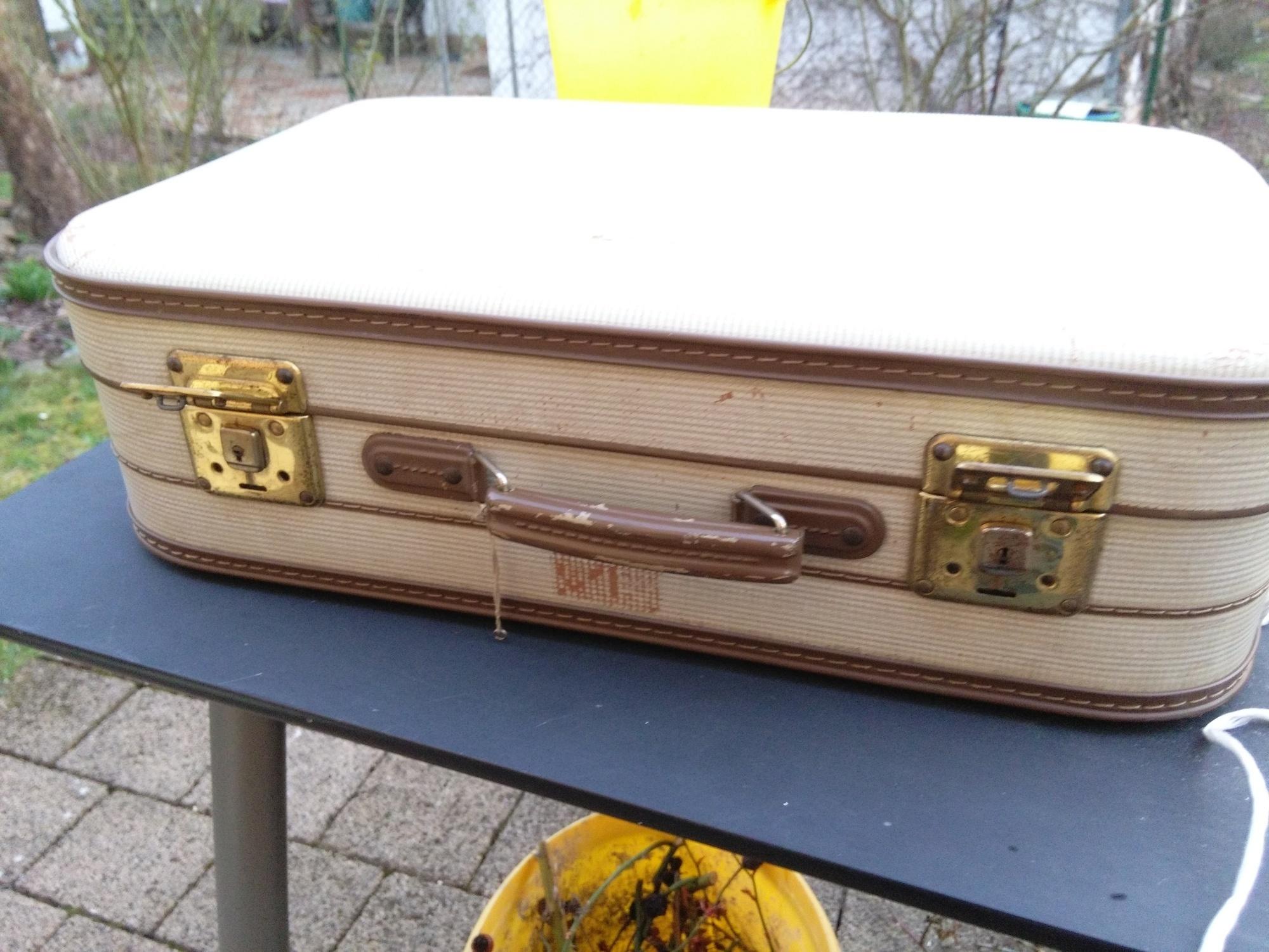 他看到鄰居把這個老舊破爛的舊皮箱丟掉就立刻知道不能丟掉馬上撿起來,接著他就把它變成了你會超想要的神傢俱!