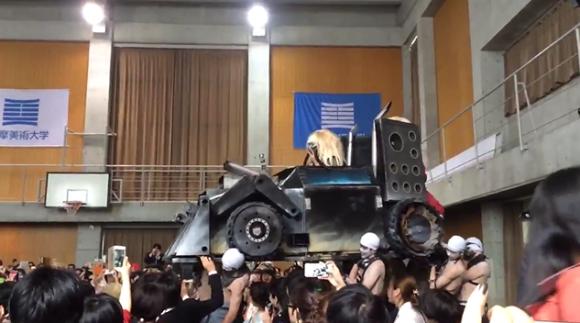 這間日本大學要學生在畢業典禮上表現他們的藝術細胞,沒想到接下來「好萊塢等級排場」已經強到可以直接拍電影了!