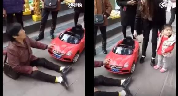 一名中國無照3歲玩具車女駕駛撞到左邊這名中年女子,接下來中年女子的倒地不起行為讓網友都痛批「沒有羞恥心!」
