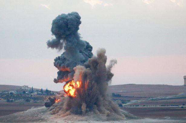 俄羅斯特種部隊軍官發現ISIS巢穴之後,就立刻請空襲部隊直接轟炸他位在的座標!
