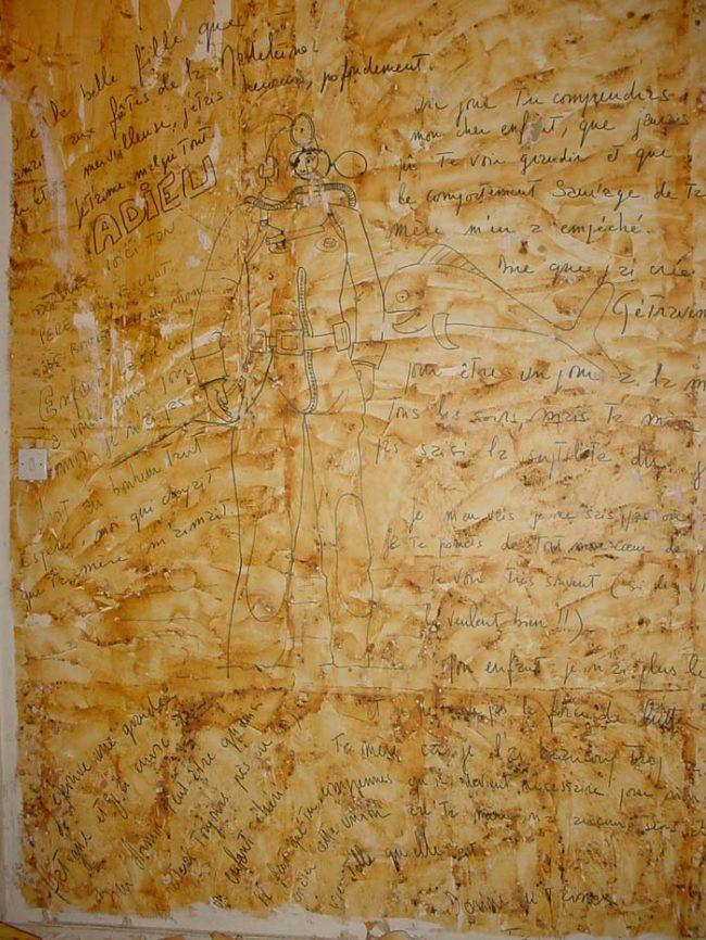 她幫阿姨撕掉舊壁紙卻發現整面「前住戶留給女兒的訊息」,看到裡面「恐怖內容」我覺得她們必須搬家了...
