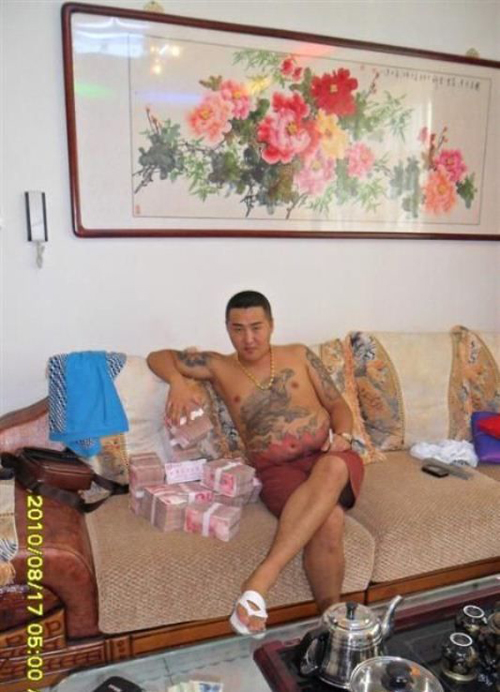 這名網友在一台手機裡找到「中國幫派份子」的一系列生活照,但羨慕到一半才發現有點怪怪的...