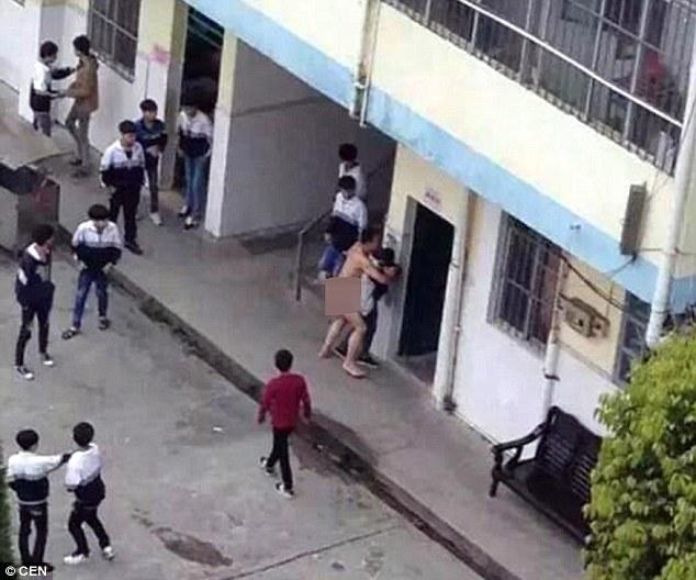 中國高校驚傳男職員在光天化日、眾目睽睽下,脫光衣服企圖性侵女學生!