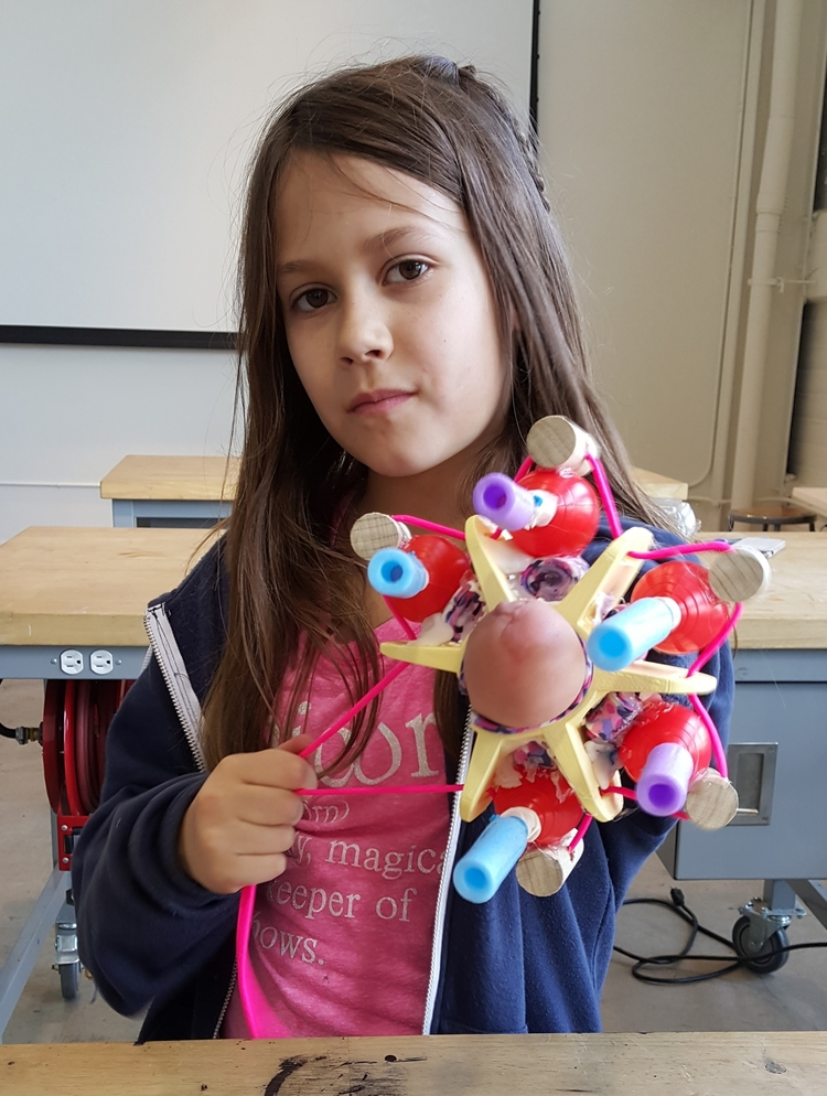 這名10歲的小女孩因為沒有左手所以把自己變成一個生化人,當她一拉手中的繩子時...這太閃亮了!