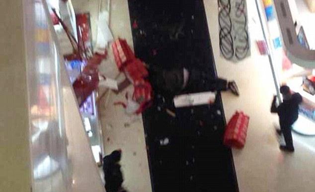 他陪女友逛百貨公司到7樓「突然一個轉身跳樓自殺」!原因會讓全世界所有男人感同身受!
