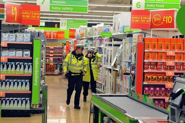 一名女子在逛超市時突然抓起一把菜刀,接下來發生的超驚悚悲劇讓其他的顧客都留下陰影了...