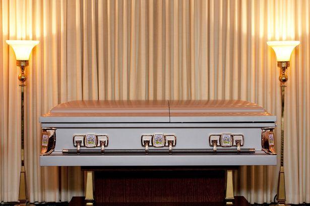 先生在電視上看到兩年前因車禍過世親手埋葬的妻子,曲折離奇的過程連網友都被嚇壞了!