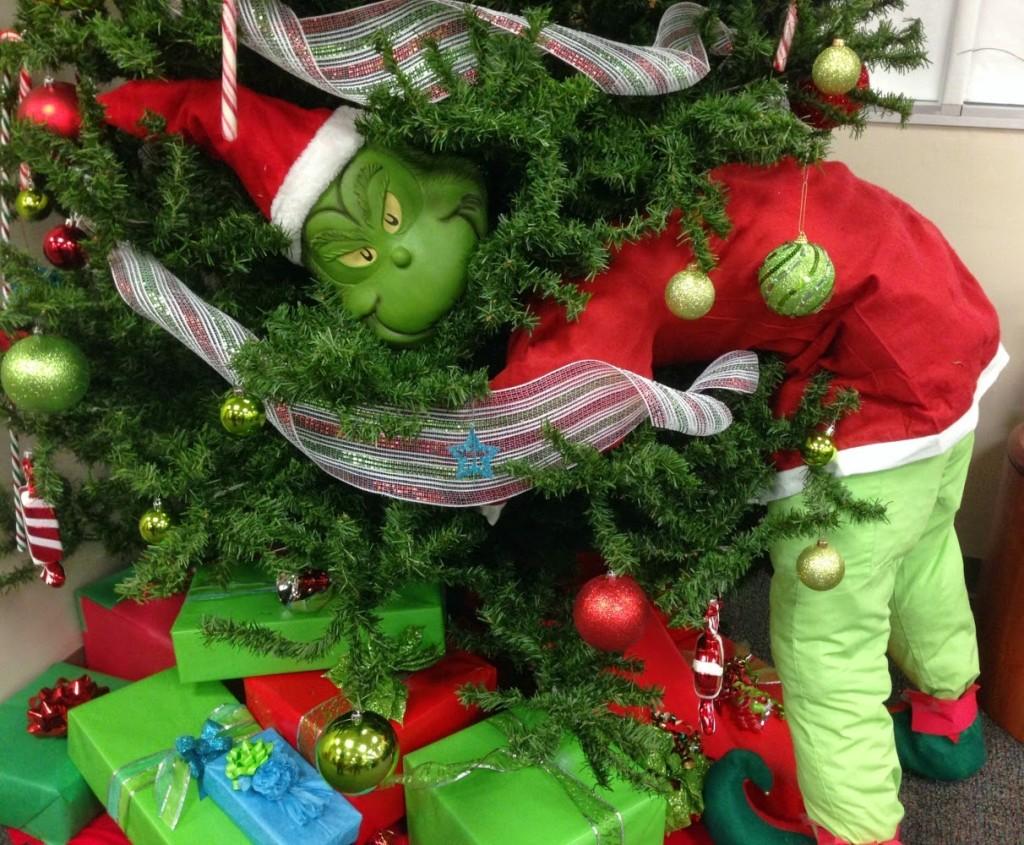 這所美國大學受夠很多人來偷聖誕樹,因此就在樹上噴了「無色無香之後會搞死你」的陷阱狐狸尿液!