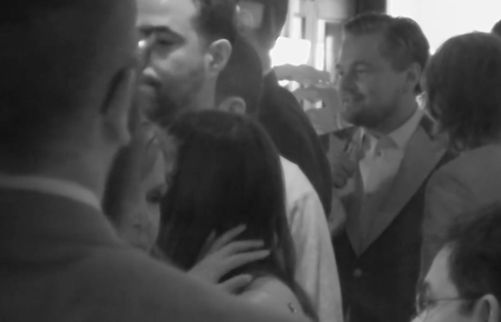 李奧納多狄卡皮歐等了23年才拿到奧斯卡最佳男主角獎,但影片卻意外拍到他把小金人留在酒吧裡了!