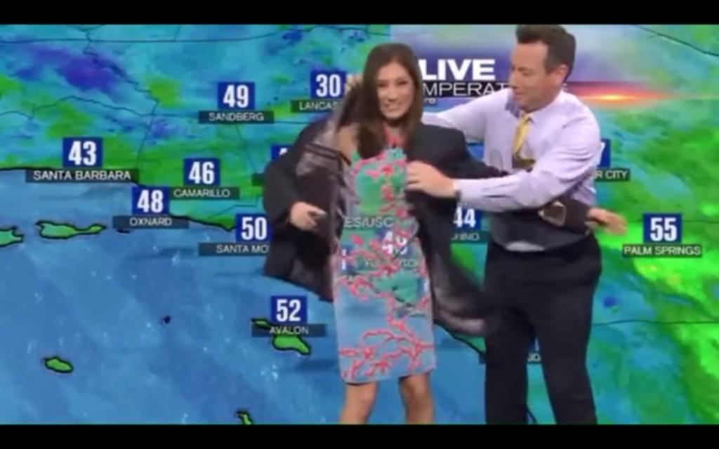 這名女氣象播報員因為穿錯衣服就不小心嚴重「穿幫」了,男主播看情況不對直接上演了一齣「英雄救美」!