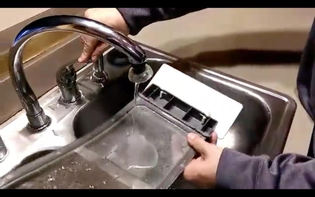 我一直都不知道烘衣機的過濾網有多髒,直到他把水灑在上面後我才發現「原來我一直都清理錯誤」!