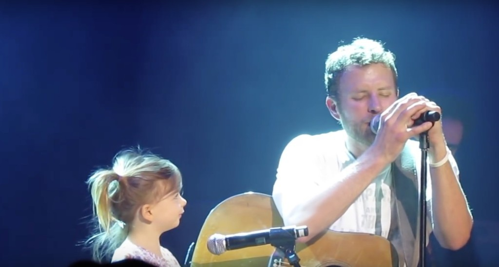 美國知名鄉村歌手表演到一半時小女生突然跑上台,接下來他做出的超可愛舉動讓觀眾的心都融化了...