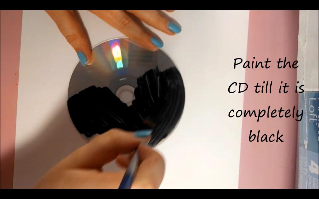 她在家中找到了一些沒有用的CD然後塗黑,當她拿出螺絲起子時我才驚覺之前花錢買裝飾品都太浪費錢了!