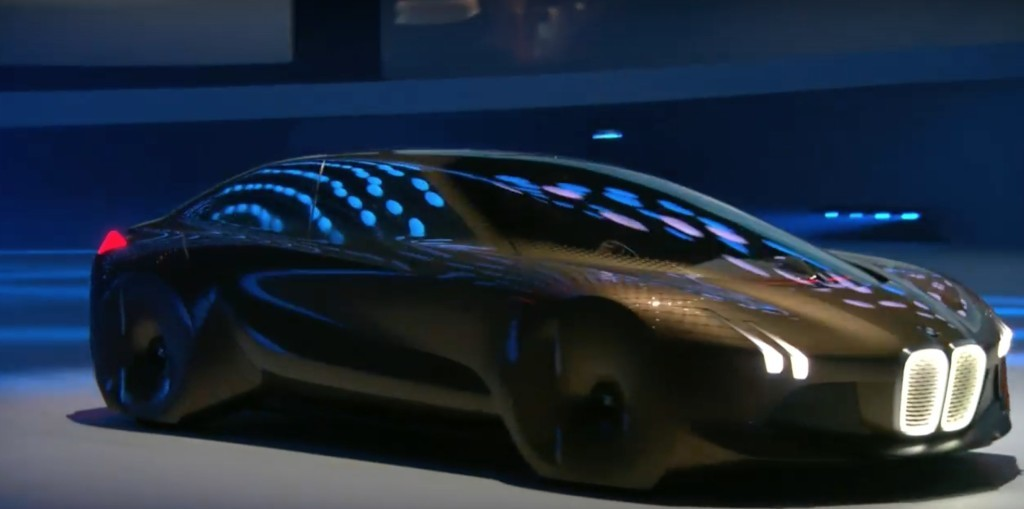 原本以為BMW最新「100年後概念車」沒有輪胎的流線型外觀已經夠酷了,不過一打開車門網友都徹底瘋了!