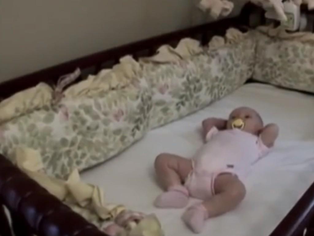 不少爸媽都誤以為幫寶寶準備嬰兒床保險桿以防碰撞受傷,沒想到這樣的做法其實更有可能造成悲劇!