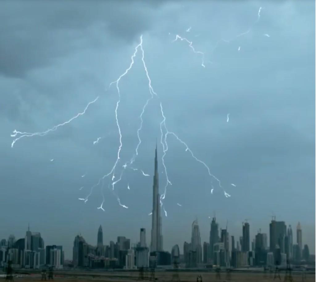 網友正在拍攝全世界最高的杜拜哈利發塔,接著下一秒你才會知道大自然隨時可以毀滅我們人類!