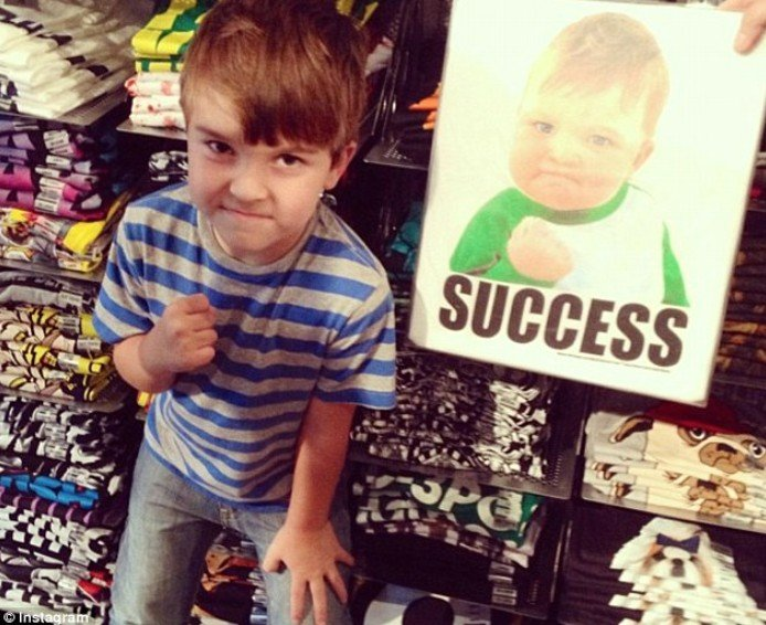 你一定看過的「成功小孩打氣圖」中的可愛寶寶長大了,他現在不只超可愛,而且還會令你感到驕傲!