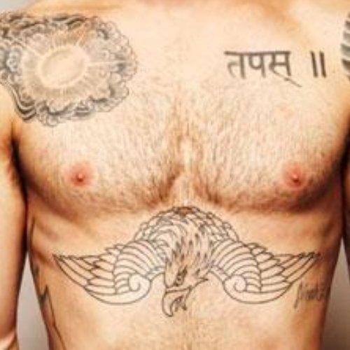 魔力紅主唱亞當李維耗時6個月的背部刺青終於完工了!華麗的照片一公布刺青師接預約電話已經接到手軟...