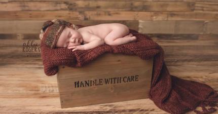一對美國爸媽想要跟剛誕生的寶寶拍溫馨全家福,沒想到快門按下的瞬間寶寶竟然做出了讓媽媽尷尬到爆炸的舉動...