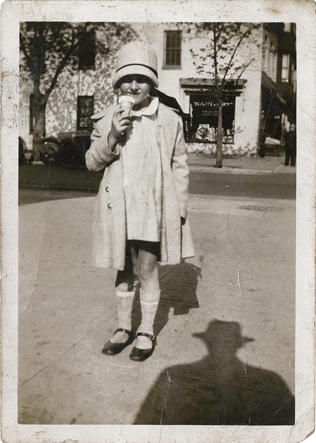 這個藝術家收藏了一系列的復古照片,結果仔細觀察後竟找了照片中的「比恐怖片還恐怖的共同點」!