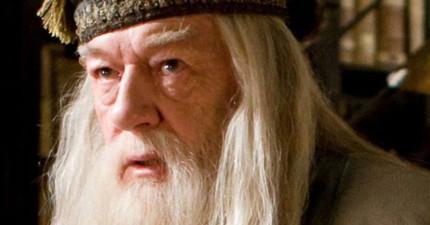 J.K.羅琳其實早就在第三集偷偷暗示過鄧不利多的死訊,要是有注意到讀第六集時就不會哭這麼慘了....