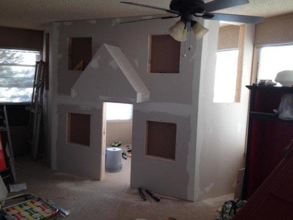 他在屋內搭建木架時我還嫌佔空間,但他最後完成的超猛畫面讓我羨慕起他的小孩了...