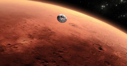 國外學者宣稱在NASA拍下的火星影像中發現「很明顯一個人和一條蛇」的壁畫,看到照片後網友立刻分成兩派展開超激烈爭論!