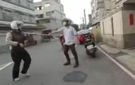 這名大叔碰上了公路凌霸拿著棍子的屁孩,但看到了0:17當大叔一使出腳法後,屁孩就開始退後了...