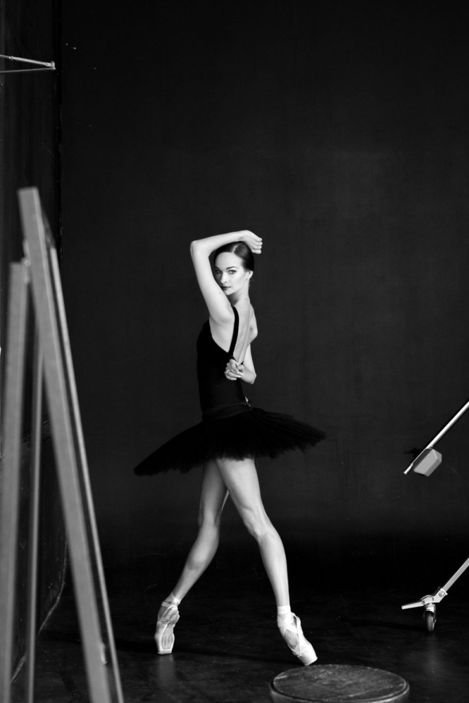 russian-ballet-photographer-darian-volkova-shows-behind-the-stage-life-of-dancers-8__880