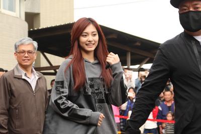 子瑜回台參加國中學力考試,下飛機被問到黃安,她的回答讓網友說:「氣度比黃安高太多了」啊!